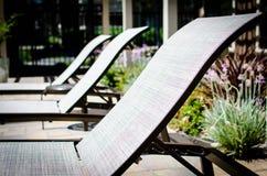 Fila delle sedie di salotto del poolside Fotografia Stock Libera da Diritti