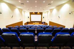Fila delle sedie nella sala riunioni immagine stock libera da diritti