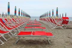 Fila delle sedie a sdraio davanti al mare Immagini Stock Libere da Diritti