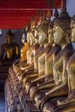 Fila delle statue di Buddha in Tailandia fotografia stock libera da diritti