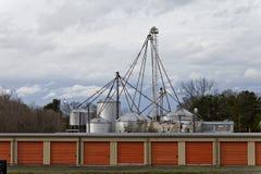 Fila delle unità di stoccaggio con i silos di immagazzinamento agricultrual dell'alimentazione nei precedenti immagini stock libere da diritti