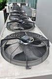 Fila delle unità residenziali del compressore del condizionatore d'aria fotografie stock