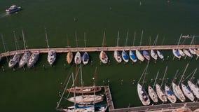 Fila di bei yacht bianchi attraccati al pilastro, trasporto di lusso dell'acqua, Venezia archivi video
