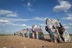 Fila di Cadillacs brillantemente dipinto nel ranch di Cadillac a Amarillo, il Texas, U.S.A. Immagine Stock