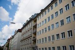 Fila di case, case in affitto, vecchia costruzione a Monaco di Baviera, Schwabing Immagine Stock Libera da Diritti