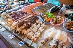 Fila di frutti di mare nel mercato asiatico Fotografie Stock
