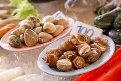 Fila di frutti di mare nel mercato asiatico Immagini Stock