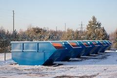 Fila di grandi contenitori blu dell'immondizia Fotografie Stock Libere da Diritti