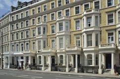 Fila di lusso delle case della parte anteriore dello stucco a Londra Fotografie Stock Libere da Diritti
