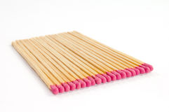Fila di parecchie partite con le teste di partita rosa su fondo bianco Fotografia Stock Libera da Diritti