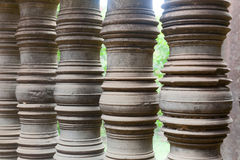 Fila di pietra decorata della colonna nel wat della Cambogia in Angkor Wat immagine stock
