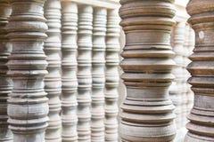 Fila di pietra e di marmo decorata della colonna in Cambogia Angkor Wat fotografie stock libere da diritti