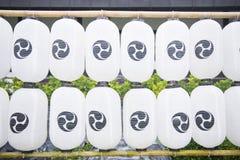 Fila di stile giapponese delle lanterne di carta Fotografie Stock Libere da Diritti