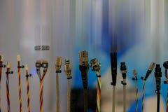 Fila di vari tipi di teste del connettore/cavi del connettore immagine stock libera da diritti
