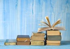 Fila di vecchi libri, Fotografie Stock
