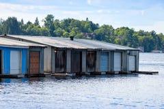 Fila di vecchie rimesse per imbarcazioni Fotografie Stock Libere da Diritti