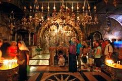 Fila dos peregrinos no altar de Golgotha Fotos de Stock Royalty Free