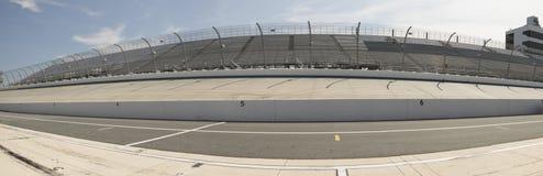 Fila e backstretch del pozzo a Motor Speedway immagine stock