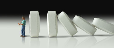 Fila enorme de las píldoras que se estrellan encima como dominós eventual al muslo Imagen de archivo