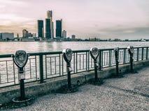 Fila facente un giro turistico del binocolo di Detroit Fotografie Stock