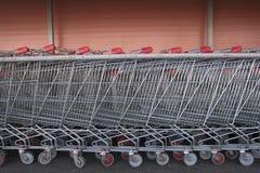 Fila larga de las carretillas de las compras Fotografía de archivo