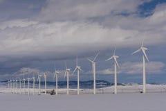 Fila larga de las turbinas de viento en el invierno Fotografía de archivo libre de regalías