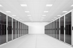Fila larga de los estantes del servidor Imágenes de archivo libres de regalías