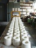 Fila larga de los tarros de cerámica en taller de la fabricación Fotos de archivo