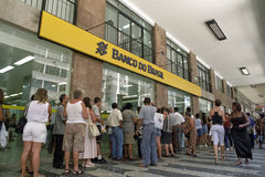 Fila longa dos brasileiros por d banco Brasil Fotos de Stock