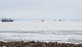 Fila longa dos navios no mar Báltico no inverno Fotos de Stock Royalty Free