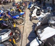 Fila lunga dei motorini e delle motociclette, Granada, Spagna fotografie stock libere da diritti