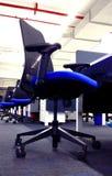 Fila moderna de la silla de la estación de trabajo una empresa de tecnología de la información imágenes de archivo libres de regalías