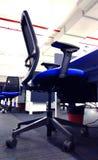 Fila moderna de la silla de la estación de trabajo una empresa de tecnología de la información fotografía de archivo libre de regalías