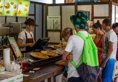 A fila no contador do ` de Ponchiks do ` do café em Alushta imagem de stock