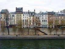 Fila parisiense de casas por el río el Sena en París, Francia Imagen de archivo libre de regalías