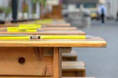 Fila retrocedere delle tavole e dei banchi di legno immagine stock