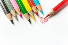 Fila rossa del cuore di scarabocchio disegnato a mano delle matite multicolori sul fondo di Libro Bianco Famiglia del giorno di V immagini stock