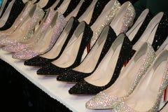 Fila scintillante delle scarpe del tacco alto del cristallo di rocca Fotografia Stock