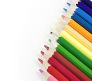 Fila variopinta delle matite isolate su fondo bianco con copysp Fotografia Stock Libera da Diritti