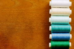 Fila verticale delle bobine del filato cucirino Fotografia Stock Libera da Diritti
