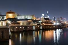 Filadelfia Art Museum e orizzonte alla notte fotografia stock libera da diritti