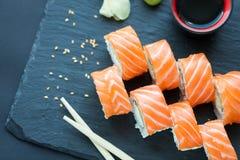 Filadelfia rolki klasyk na ciemnym kamiennym tle Filadelfia ser, ogórek, avocado japoński sushi Odgórny widok zdjęcia royalty free