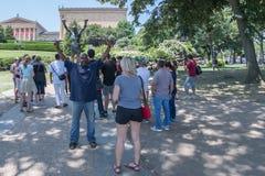 FILADELFIA, U.S.A. - JUNE19, 2016 - turista che prende i selfies alla statua rocciosa immagine stock