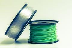 Filament pour l'imprimante 3D clair comme de l'eau de roche et vert clair contre b Photographie stock libre de droits