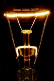 Filamento de la bombilla que brilla intensamente imagen de archivo libre de regalías