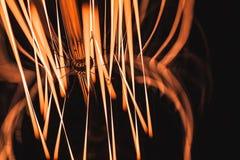 Filamento de la lámpara del tungsteno que brilla intensamente en oscuridad foto de archivo