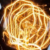 Filamento di ciclaggio del primo piano della lampadina d'annata di edison fotografia stock