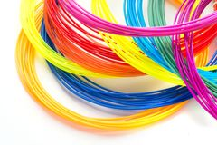 Filaments en plastique d'arc-en-ciel coloré avec pour le stylo 3D s'étendant sur le fond blanc Nouveau jouet pour l'enfant Image libre de droits