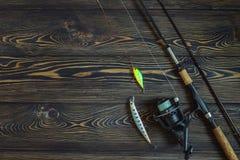 Filando con una manovella su fondo di legno Fotografie Stock
