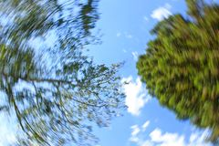 Filando nei cerchi e cercare il cielo immagine stock